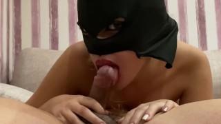 Rúzsos szájú tini lány fekete maszkban szopja a faszt